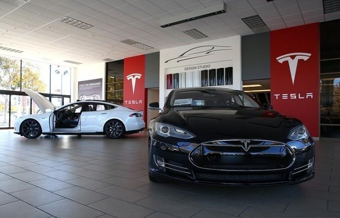 Tesla - лидер продаж электромобилей в России в 2017 году