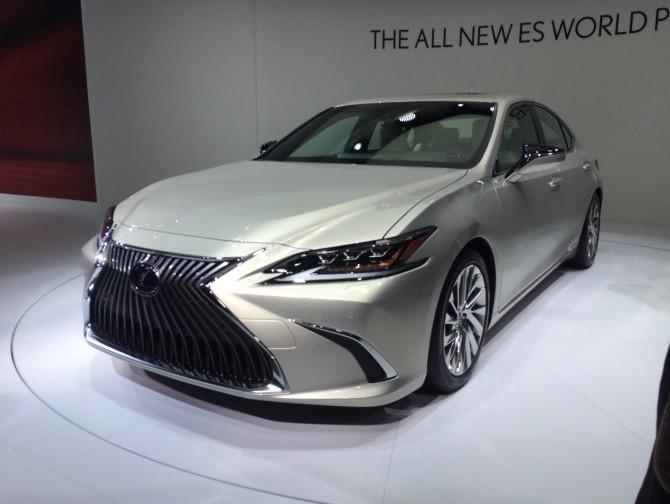 Новый Lexus ES появится в России осенью