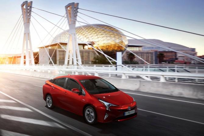Более 800 автомобилей Toyota Prius попали под отзыв в России